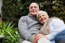 Älteres Paar entspannt zusammen im Freien — Stockfoto