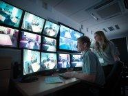 Estudantes que prestam atenção a telas na facilidade de treinamento forense — Fotografia de Stock