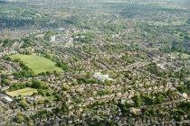 Vista aérea de viviendas suburbanas en Inglaterra, Reino Unido - foto de stock