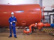 Ingénieur debout dans Turbine Hall — Photo de stock