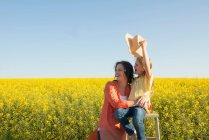 Madre e figlia nel campo dei fiori — Foto stock