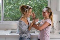 Сестры с мыльным пузырём дерутся в раковине — стоковое фото