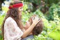 Пара обнимающихся в высоких цветах — стоковое фото