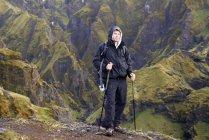 Wanderer steht auf felsigem Hang — Stockfoto