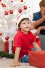 Sonriente niño con sombrero de Santa Claus - foto de stock