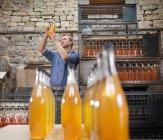 Mann mit Flasche Bio-Apfelwein — Stockfoto