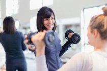 Тренер работает с клиентом в тренажерном зале — стоковое фото