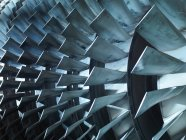 Detalle de turbina con palas, vista primer plano, concepto de ingeniería - foto de stock