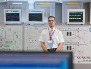 Opérateur avec écrans dans la salle de contrôle — Photo de stock