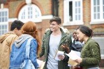 Glücklich junge Erwachsene Studenten gratulieren einander Prüfungsergebnisse auf dem campus — Stockfoto