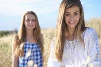 Teenage Mädchen lächelnd vor der Kamera im Feld — Stockfoto