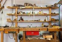 Regale und Schreibtisch in der Tischlerei — Stockfoto