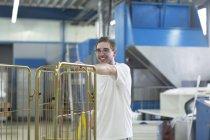Homme dans la cage de rouleau de poussée de laverie — Photo de stock
