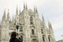 Жіночий туристичних фотографування Міланський собор смартфон, Мілан, Італія — стокове фото