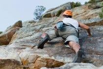 Scalatore scalatura ripida parete rocciosa — Foto stock