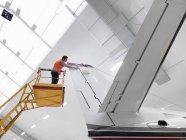 Инженер проверяет реактивные самолеты — стоковое фото