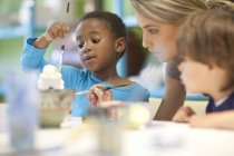Lehrer und Kinder im Kunstunterricht — Stockfoto