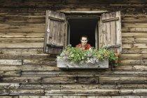 Портрет женщины у окна шале — стоковое фото