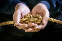 Estudante Náutico amarrando uma figura de oito, ou nó de rolha com corda — Fotografia de Stock
