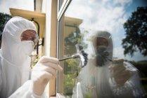 Cientistas forenses a procurar impressões digitais na cena do crime — Fotografia de Stock