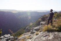 Чоловік стоїть на вершині гори, дивлячись на вигляд, Південно-Африканська Республіка — стокове фото