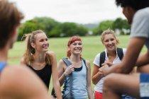 Друзі говорять в парку, селективний фокус — стокове фото