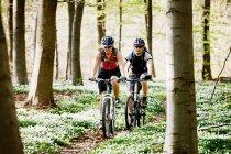 Mountainbiking coppia insieme — Foto stock