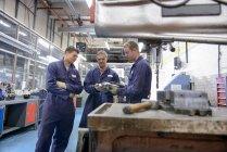 Інженер навчання учнів носіння котельних костюмів в автозаводі — стокове фото