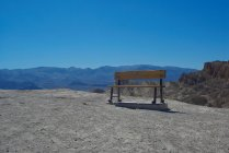 Banc sur sentier en montagne — Photo de stock