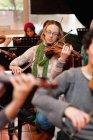 Geigenspieler übt mit der Gruppe — Stockfoto