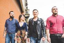 Gruppe von Freunden geht gemeinsam auf Gehweg — Stockfoto