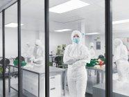 Cientistas trabalhando em laboratório, foco seletivo — Fotografia de Stock