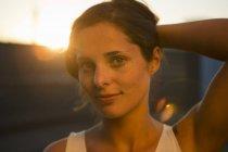 Портрет молодої жінки, що стримує її волосся — стокове фото