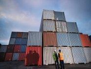 Портовые рабочие с контейнерами — стоковое фото