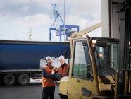 Trabalhadores portuários com empilhadeira — Fotografia de Stock