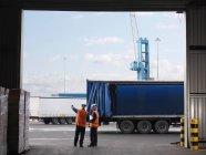Портовые рабочие организации грузовых автомобилей — стоковое фото