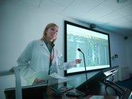 Cientista usando apresentação em smart board para palestra — Fotografia de Stock