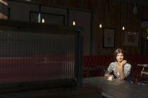 Mujer con café sola en el restaurante - foto de stock