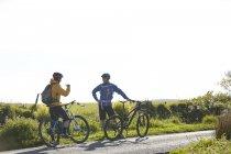 Велосипедисти проведення велосипедах по сільській дорозі в чаті — стокове фото