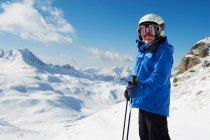 Niño con esquís de montaña cubierto de nieve - foto de stock