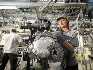 Trabalhadores do carro construindo peças de carro — Fotografia de Stock