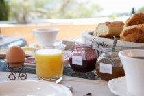 Харчування сніданок столом — стокове фото