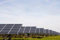 Planta de energía solar grande - foto de stock