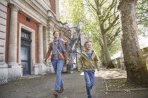 Кавказька мати і син ходять по вулиці разом, Лондон, Великобританія — стокове фото