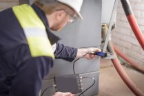 Worker testing transformers in electricity substation — Stock Photo