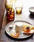 Crema pasticcera con caramello sul piatto — Foto stock