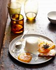 Pudding mit Karamell auf Platte — Stockfoto