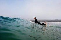 Mann aufstehen auf einem Surfbrett in Meereswelle, Boobys Bay, Cornwall, england — Stockfoto