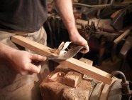 Cooper, rendendo un barile con strumenti, ritagliata colpo — Foto stock