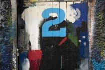 Numéro 2 porte et peinture mur couvert d'herbe dans yard de peintres de navire — Photo de stock